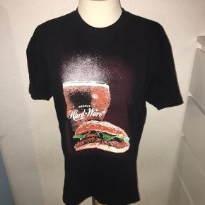 Sort T-shirt med burger print på fronten fra streetwear brandet bronze. Størrelse medium.