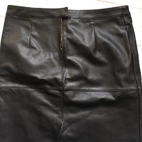 Lækker nederdel i 'fake leather', kun brugt få gange. Mindstepris 50 pp.