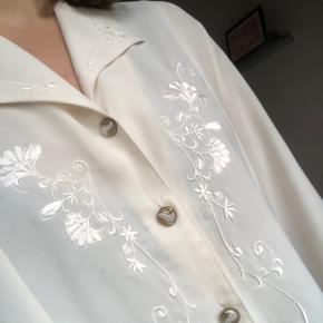 fin skjorte med broderi - bemærk farven på knapperne er slidt lidt af, men ellers er den som nu