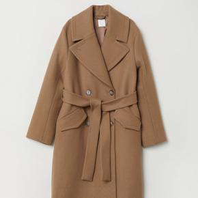 Sælger denne frakke fra H&M premium quality str. 42, fuldstændig udsolgt.Jeg har brugt den 6 gange. 1800kr. nypris.