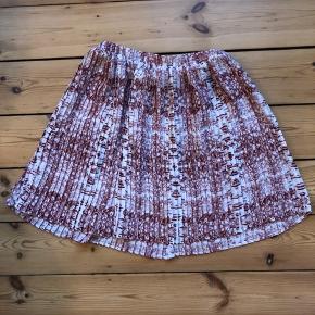 Meget fin nederdel fra Julie Brandt. Elastikken driller lidt, men ikke noget man ser, når den er på.  Den sælges for 100 + porto eller kan afhentes på Østerbro :-)