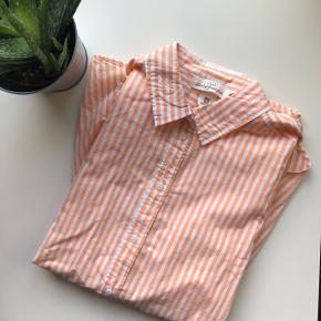 Skjorte fra H&M Den er aldrig brugt!   Størrelse 40   Mp 50kr!