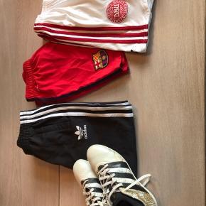 Få adventsgaverne på plads med fire stykker sportstøj i god stand: indendørssko (str 35), træningsbukser, FC Barcelona shorts og DBU shorts.