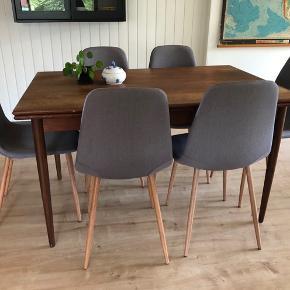 6 flotte stofbetrukket spisestuestole med tilspidsede ben i træ. 2 med plet og skjolder (se billeder), som ikke er forsøgt fjernet. Deraf den lave pris.  Fra røg- og dyrefrit hjem. Sælges samlet. Afhentes i Esbjerg Ø - kan evt leveres i Esbjerg by efter aftale. 😊