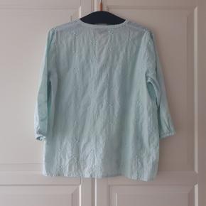 Blå bluse fra soulmate i str M. Ærmerne er 3/4.   Hentes i Roskilde eller sender med DAO mod betaling af fragt.  #30dayssellout