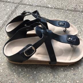 Birkenstock-lignende sandal (ikke ægte Birkenstock). Desværre købt for små.