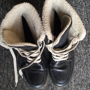 Varme støvler med for. Ægte læder.  De har været brugt en del, og er derfor sat til slidt i standen.  Np. 500,-  75,- + fragt. Sender gerne med Dao for købers regning.  Bytter ikke.  Kan hentes i Odense.
