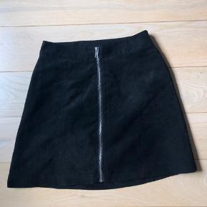 Sælger denne mega fine nederdel i sort ruskind med lynlås i str. 34.  Jeg har pillet mærket ud, men den var fra h&m🧡  Sender med dao, ellers kan den også afhentes i Viby eller Skanderborg🌸