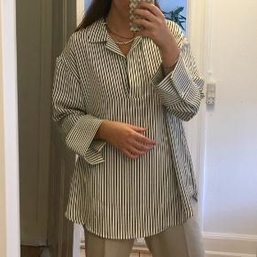 Oversize skjorte med sort og hvide striber