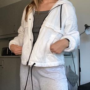 Hvid bomber jakke med hætte, ikke brugt så meget. God overgangsjakke