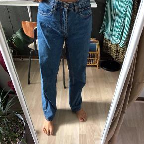 Mom jeans, købt på vintage loppemarked. Bukserne er oversized, passer en S/M- hvis man taget et bælte i livet.