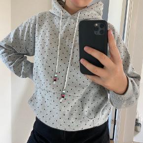 Fed grå hoodie fra WOOD WOOD i en str s. Sælges da jeg ikke for den brugt nok;/ Rigtig godt stand!  Skriv for flere billeder:)