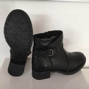 Mærke: Pavement Størrelse: 38 Farve: sort Materiale: læder Støvlen: kraftigt skind, med spænde i siden og lynlås i den anden side. Støvlen er foret.  Stand: Aldrig brugt  Nypris 1100 kr Sælges 475 kr  Bytter ikke Sætter pris på tilfredse købere