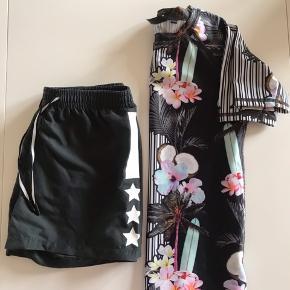 Molo UV spf 50 t-shirt med tilhørende badeshorts. Pæn stand. Str. 134-140.