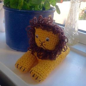 Varetype: hæklet løve Størrelse: 20 cm Farve: gul  Dejlig blød løve hæklet i 100% bomuld og med fiberfyld. Fra absolut røgfrit hjem.
