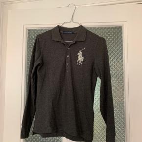 Rigtig fin grå Ralph Lauren langærmet polo trøje i str. S. Er blevet brugt få gange og fejler intet.