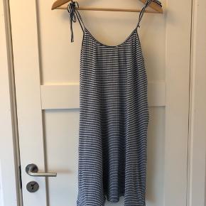 Flot kjole fra Mads Nørgaard. Den kan findes oppe ved skuldrene, så den passer alle