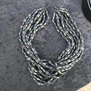 Fin halskæde i sort fra samsøe samsøe  - fremstår i fin stand   Byd gerne