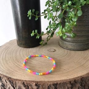 Sælger dette hjemmelavede armbånd. Super sødt og med summer vibes. Med elastik hele vejen rundt. 50kr ekskl. Fragt med DAO Ved køb af 5 eller flere armbånd, får du fri fragt.