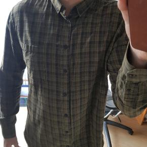Lækker skjorte med tern. Fejler intet. Størrelsen er large, men jeg synes egentlig det mere minder om xl til sammenligning med de andre skjorter jeg ejer.