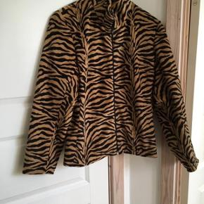 #30dayssellout Beskrivelse ZUCCHINI: smart jakke med dyreprint - lynlås midt for - sort foer sælges for 125 kr