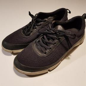 Super fine og behagelige sneakers i god kvalitet!  Lækre sneakers Farve: Sort Oprindelig købspris: 1000 kr.