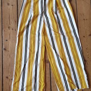 Oversize skjorte i str. M - fitter fra S-XL Bukser i str. 40 - fitter fra str. M-XL  Aldrig brugt - byd en pris :)