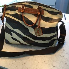 Smart anvendelig taske i læder med rødt for. Tasken er 40 cm lang 15 cm bred og 35 cm høj. Ingen skader eller pletter indenfor eller udenfor. Kan bæres som skuldertaske eller som håndtaske.