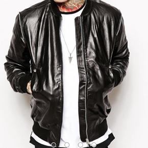 Religion Bomber læder jakke i Str. M, super lækker kvalitet stadig i top stand, kun brugt et par gange Mange fine detaljer og godt Shine, i er velkomne til at byde