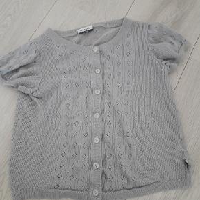 Fin kortærmet cardigan grå med sølv nister str 134/140