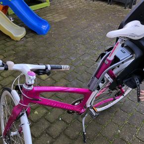 Rigtig fin Avenue Airbase cykel med udvendige gear.. Pink med hvide detaljer (styr, skærme, og lås)Cykelstolen medfølger ikke..   Nyprisen var 6800kr, og kvitteringen haves..   Cyklen er købt i marts 2010 - men vedligeholdt med services ved hhv Design Cykler & Silberbauer.  Mp 1700kr