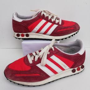 Adidas sneakers Passer en str. 38  (I skoen står: US 6½ - UK 6 - FR 39 1/3)  Brugt få gange  Indvendig mål: 24½ cm Farve: Rød  Pris: 200,- plus porto  Fast pris Sender med DAO