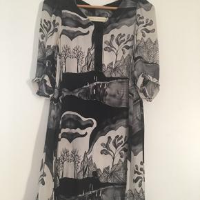 Smuk kjole/tunika i silke med fantastisk print.  I rigtig god stand. Blød og lækker silke