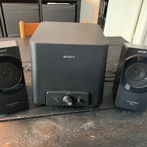 Sony SRS-D4 Kraftfuld lyd og dyb bas, perfekt til pc-spil og video. Automatisk tænd/sluk funktion. 2.1 kanal, digital forstærker, 27W samlet udgangseffekt. I god stand og spiller fortsat rigtig godt