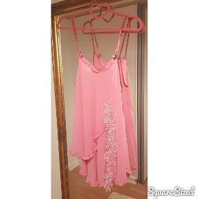 Skøn ældre nat kjole. Købt i genbrugsbutik - men ikke brugt. Fine detaljer med roser ved stropperne og blonde slids.  * OBS - Jeg fjerner altid mine annoncer efter salg, så hvis den forsat figurer på min side, så er annoncen stadig aktiv *