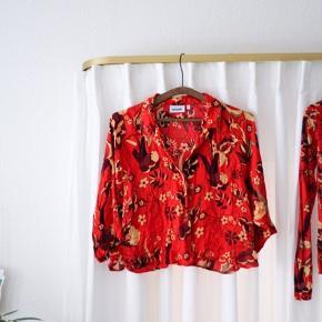2 stk overdele sælges. Har brugt dem til at sammensætte, da skjorten har vidde 3/4 ærmer og blusen har længe stramtsiddende ærmer.   Rigtig fine farver!   #tuesdaysellout