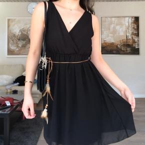 Super flot sort flowy kjole med en lille snor med fjer til at binde rundt om taljen🥰  #30dayssellout
