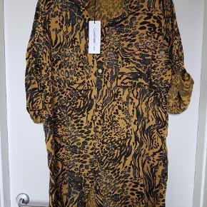 Varetype: Bluse Farve: Gul Oprindelig købspris: 400 kr.  Super flot tunika/bluse, som desværre blev købt for stor. Det er str. 1, som svarer til en 42-44. Virkelig flot stof, som falder pænt. En anelse lysere end på billederne. Bryst 58, længde 92.