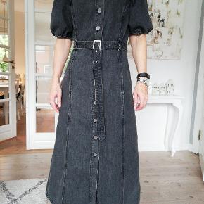 Lang kjole i sort denim med pufærmer fra Gestuz. Super god her til efteråret med en turtleneck under. Prisen er fast