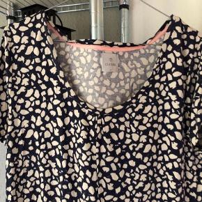 Rigtig sød og brun kjole. Den er blå med hvide pletter og et strammeområde ved maven🌸