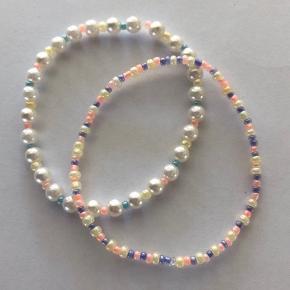 Armbånd lavet af glasperler i pastelfarverl. Lavet på ekstra stærk elastiktråd. Laves i forskellige farvekombinationer og længder. Send en besked for farver 💛💜💙 Armbånd som dette 15kr 2 for 25 🌻  Mixet hvide perler med glasperler 35kr ☀️