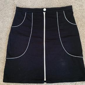 Talje: 2 x 45 cm Længde: 58,5 cm En lille smule stræk i stoffet.
