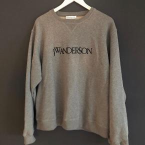 JW Anderson crewneck🙆🏻♂️ Elegant og populær sweatshirt som kan gå til stort set alt. Size M - fitter M-L Cond. 8/10 få brugstegn  Np. 1800,- Mp. 850,- (da det er budt)   ❇️Tjek Instagram salgsprofil vintage._sellout ud for mere lækkert tøj❇️