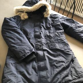 Vinterfrakke, købt i Sportmaster. Brugt få gange sidste år, har ligget pakket sammen i en pose siden sidste vinter, hvorfor den fremstår lidt krøllet.