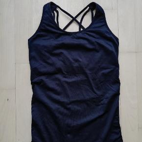 Sort sportstop fra H&M Har flot detalje på ryggen Træningstop Stram sort top med indbygget BH / sports-bh Sport Fitness Træning
