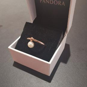 Pandora ring i 14 karat forgyldt rosegold med en ferskvandsperle.  I str. 60