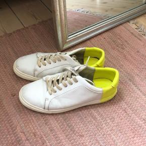 Zara sneaks med gul bag på, de er brugte og kunne godt bruge en god omgang med vand og sæbe  størrelse: 37   pris: 50 kr  fragt: 37