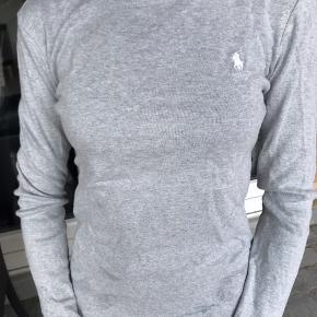 Sælger denne trøje. Den er fra Ralph Lauren og i en str M, dog lille i størrelsen, så passer bedre en S🌸