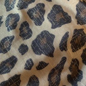 Sofie Schnoor lang nederdel til damer i cool leopard print med guldnister i et let materiale der falder smukt og ikke krøller. Nb. Stor i størrelsen..
