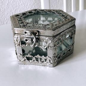 Smykkeskrin i sølv med spejl i bunden.   Købt i Kvickly for et par år siden. Super fint, får det desværre ikke brugt.   Sender ikke, men kan mødes i Aalborg C.
